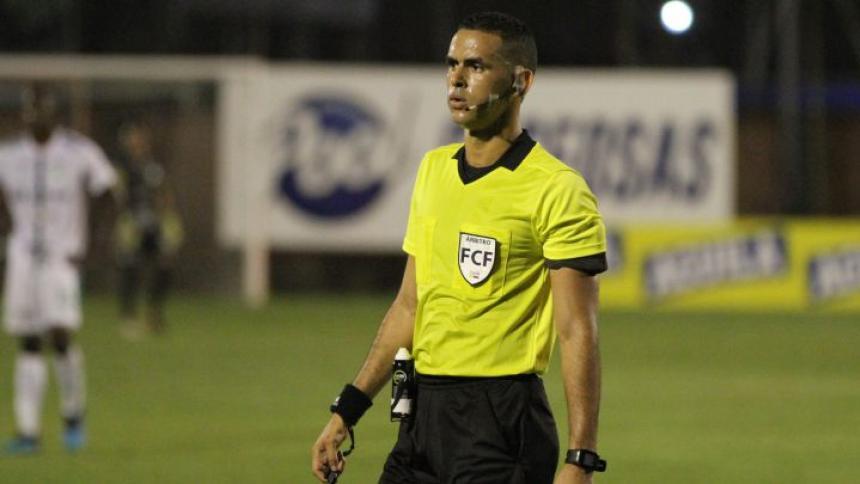 El árbitro Carlos Ortega habló sobre la acción con el arquero Álvaro Montero