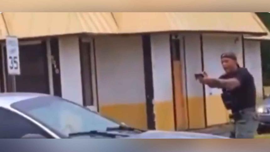 El llanto desconsolado de un policía tras dispararle a una joven en EE. UU.