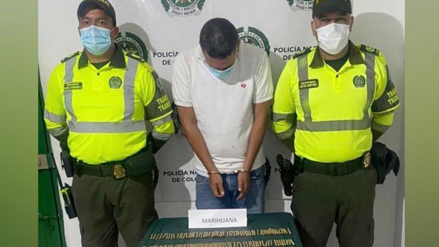 Lo capturaron con marihuana en un bus