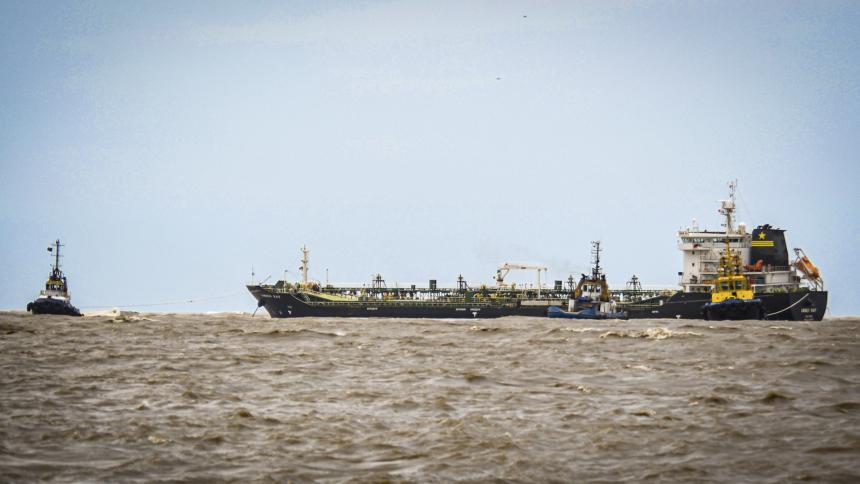 Buque lleva una semana varado en la zona de Bocas de Ceniza