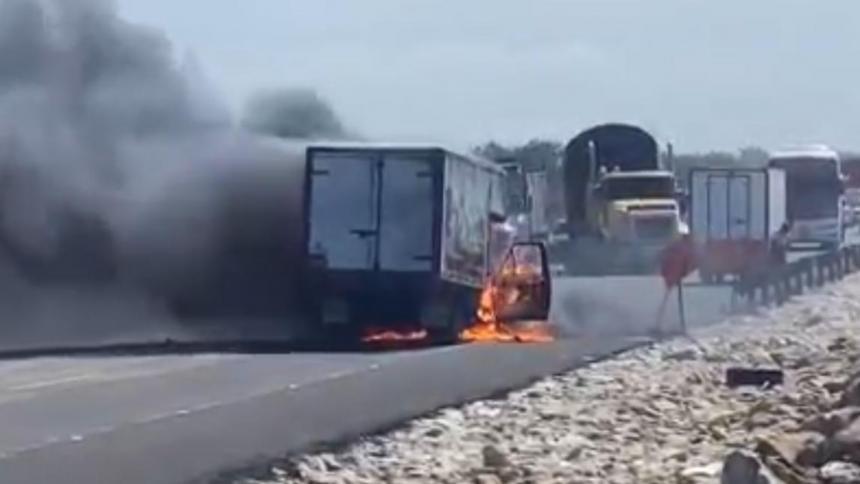 Furgón se incendió en el km 19 de la Troncal del Caribe