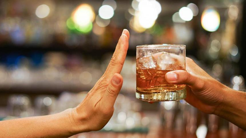 ¿No se puede tomar alcohol después de vacunarse contra la covid? Minsalud aclara