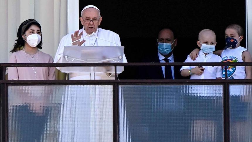 Durante el Ángelus, papa pide que el servicio de salud sea accesible a todos