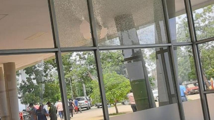 Desconocidos atacaron a piedra la sede de la Alcaldía de Montería