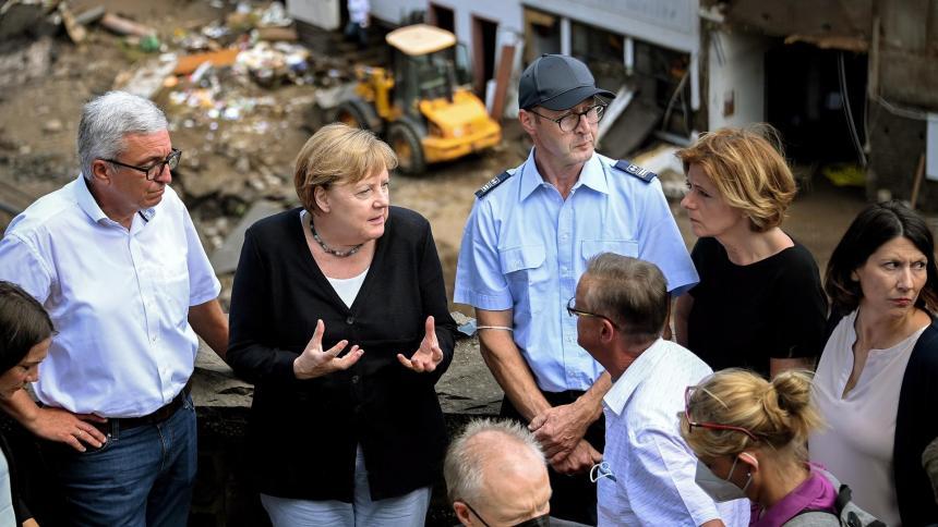 Canciller alemana llega a zona afectada por las inundaciones