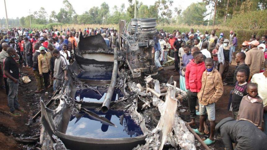 Explota camión cisterna mientras extraían gasolina en Kenia