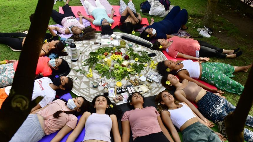 Yoga en sororidad: feminidad, cambios y libertad
