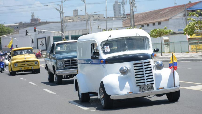 Arrancó rodada tradicional del 20 de julio de vehículos antiguos y clásicos