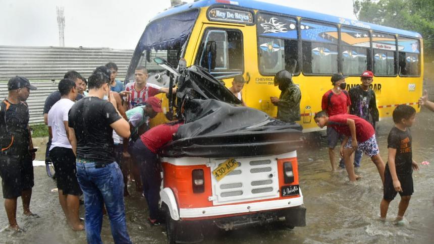 Un muerto y un herido en fuerte choque de bus y motocarro en Manuela Beltrán