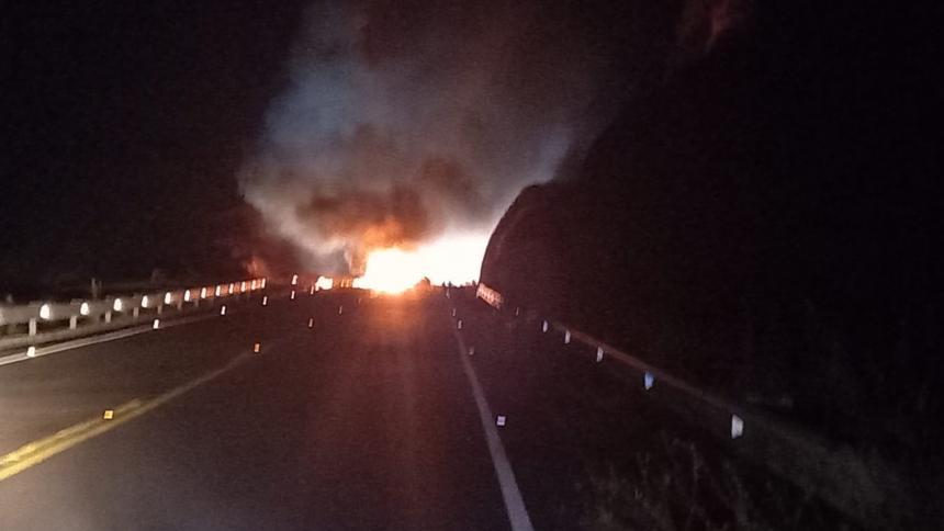 Hallan vehículo incinerado en una vía del sur de Bolívar