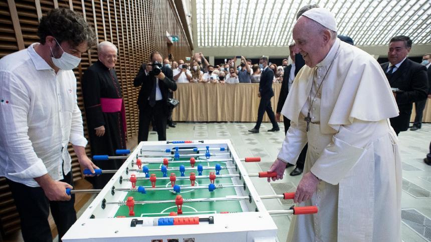 Papa Francisco demostró su destreza para jugar al futbolito con los fieles