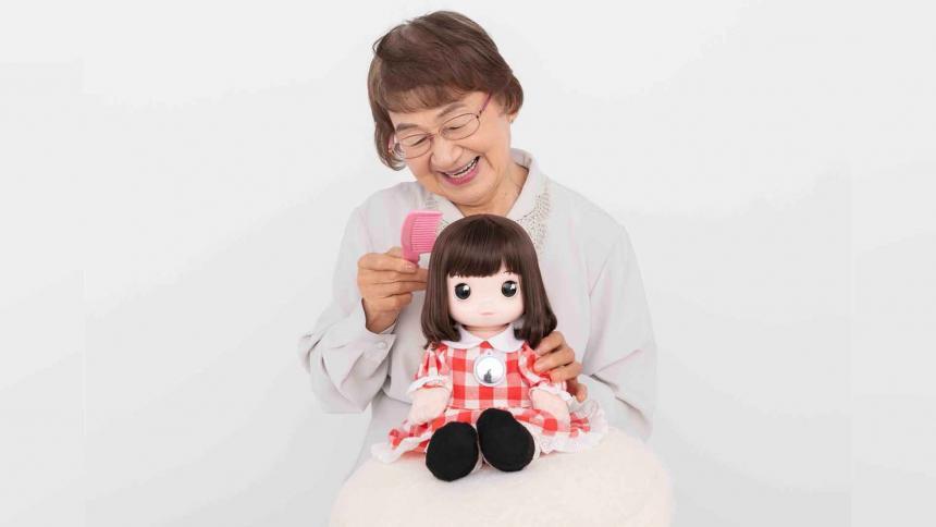 Desarrollan muñeca inteligente para aliviar aislamiento de adultos mayores