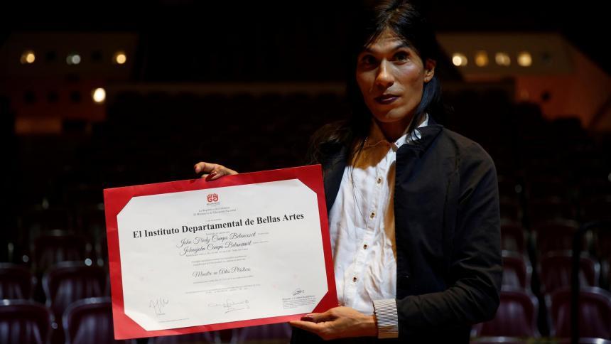 Johnajohn, primera persona no binaria con título universitario en Colombia
