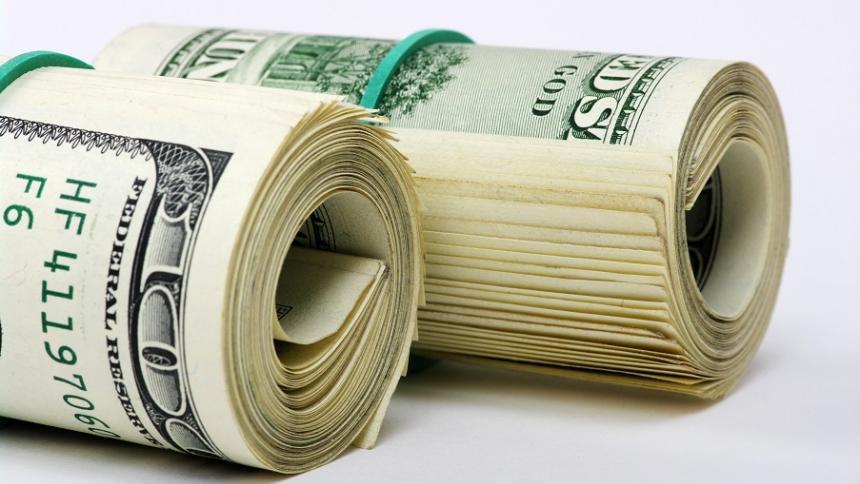 Dólar frena alza y arranca la semana a la baja