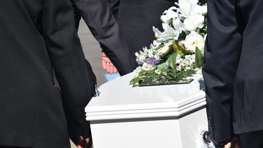 Ruidos extraños dentro de un ataúd espantaron a asistentes de un funeral