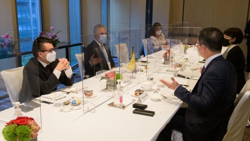 Duque busca en Corea colaboración para producir vacunas en Colombia