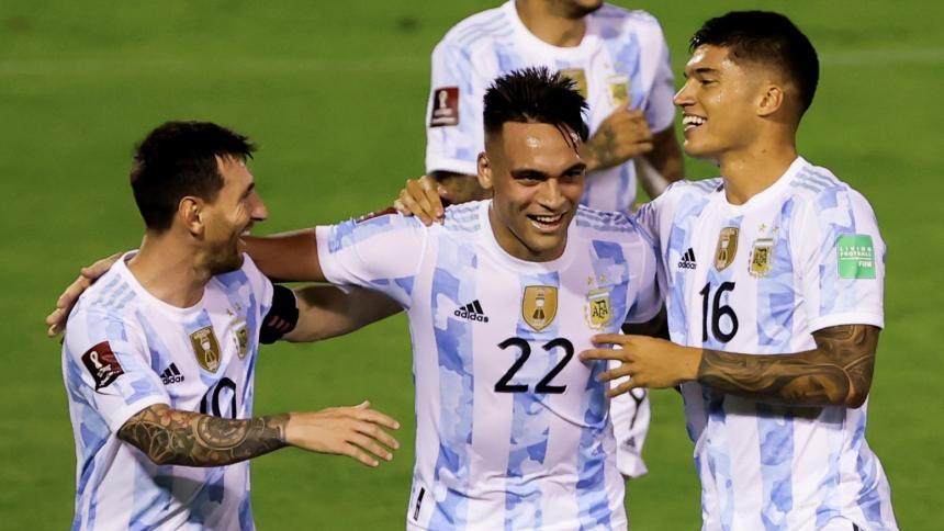 Venezuela 1, Argentina 3: triunfo con brutal patada a Messi y caída de señal de TV