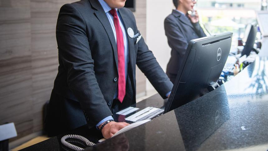 ¡Súper propina! Millonario heredó parte de su fortuna a empleado de hotel