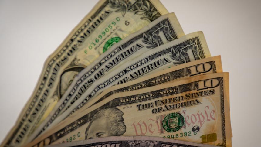Dólar abre a la baja tras aprobación de reforma tributaria