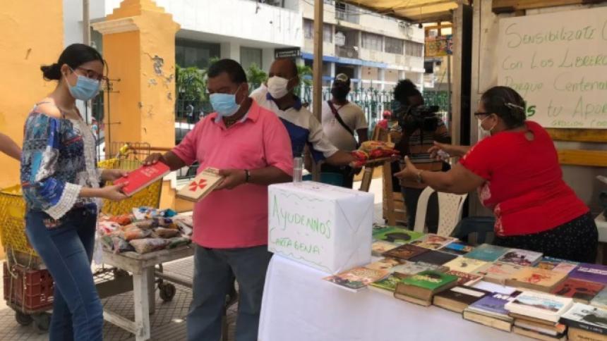 Libreros de Cartagena cambian comida por libros