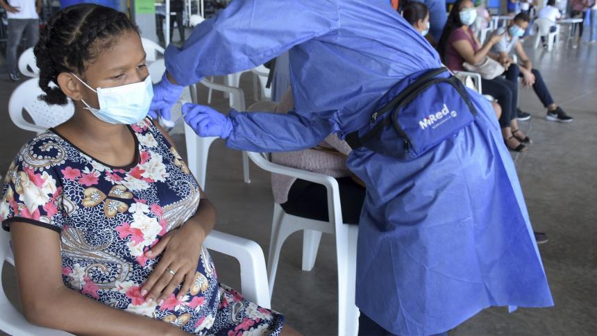 Minsalud llama a reforzar campañas de vacunación anticovid para gestantes