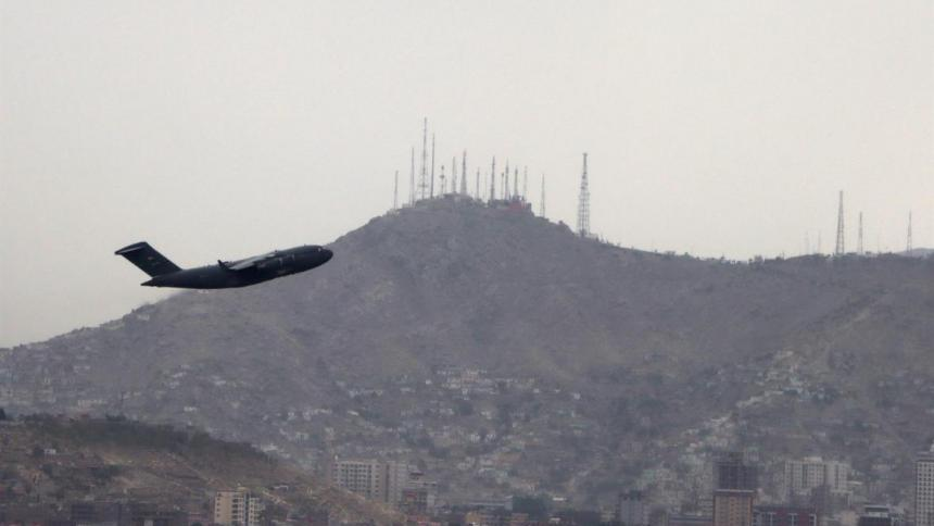 EE. UU. suspende temporalmente los vuelos con afganos tras casos de sarampión