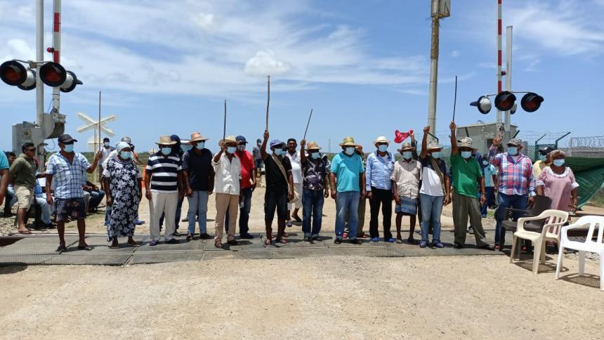 Grupo de indígenas de la Alta Guajira bloquea la línea férrea de Cerrejón