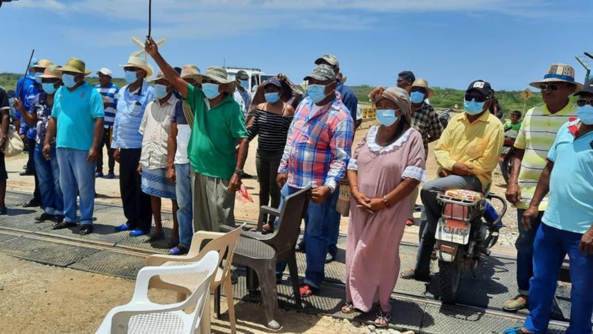 Continúa bloqueo de la línea férrea de Cerrejón por indígenas wayuu