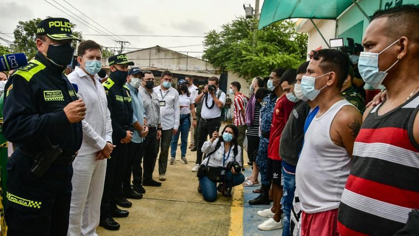 Inicia traslado de 150 presos a centros transitorios