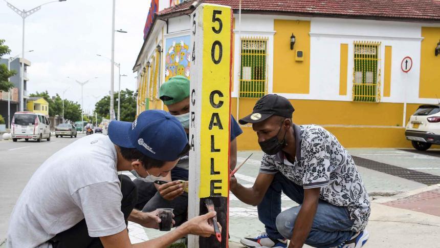El Carnaval se apodera del mobiliario urbano en las calles de Barrio Abajo