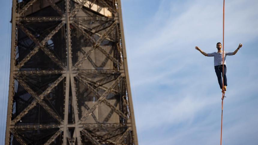 Desde la Torre Eiffel, equilibrista recorre 670 metros sobre el vacío