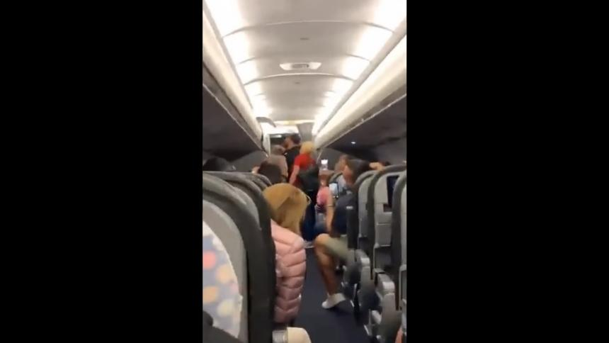 Pasajeros de avión cantan en coro tras expulsión de dos personas sin tapaboca
