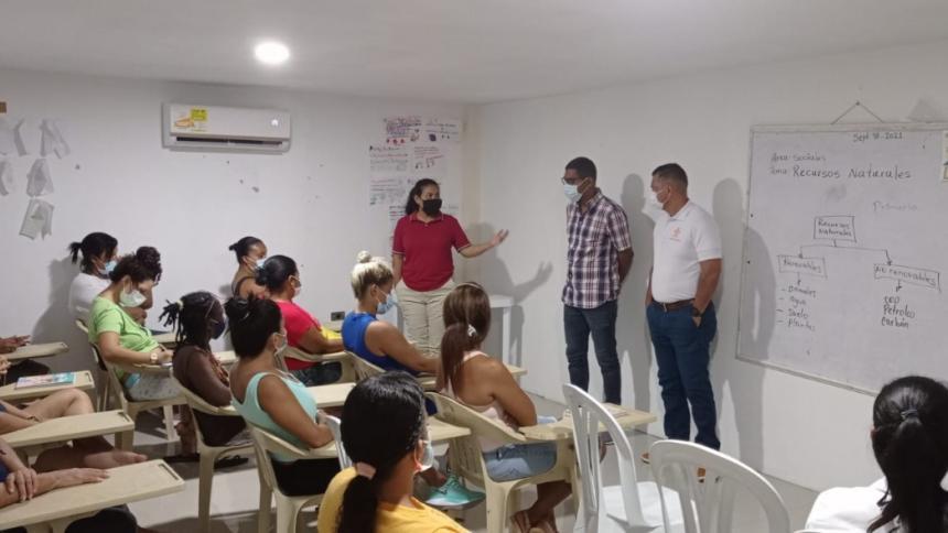 Reclusas de cárcel de Cartagena se capacitan como operarias en bisutería