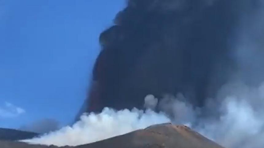 Volcán Etna en Italia vuelve a erupcionar