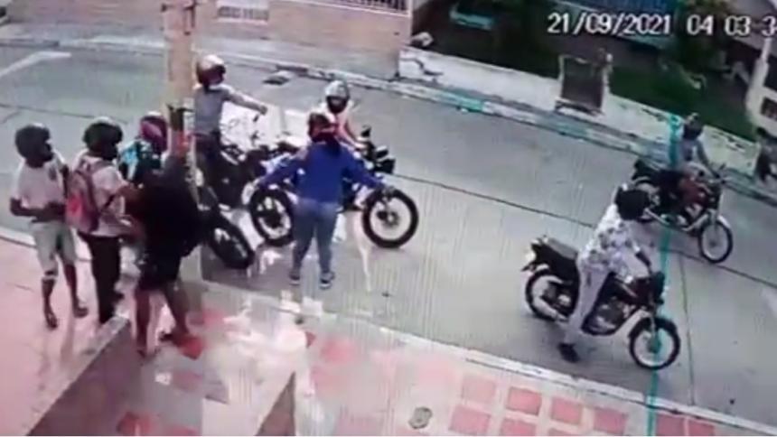 Ocho hombres en seis motos atracan a pareja en el barrio El Valle