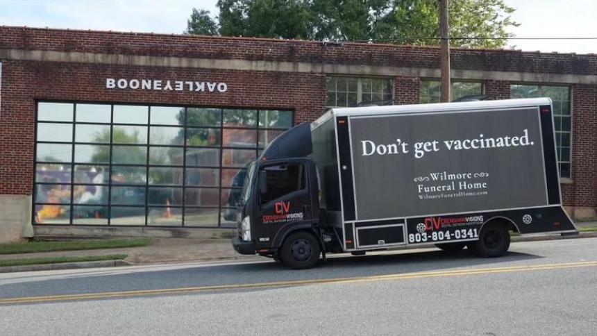 """""""No te vacunes"""": polémico mensaje de funeraria a personas antivacunas"""