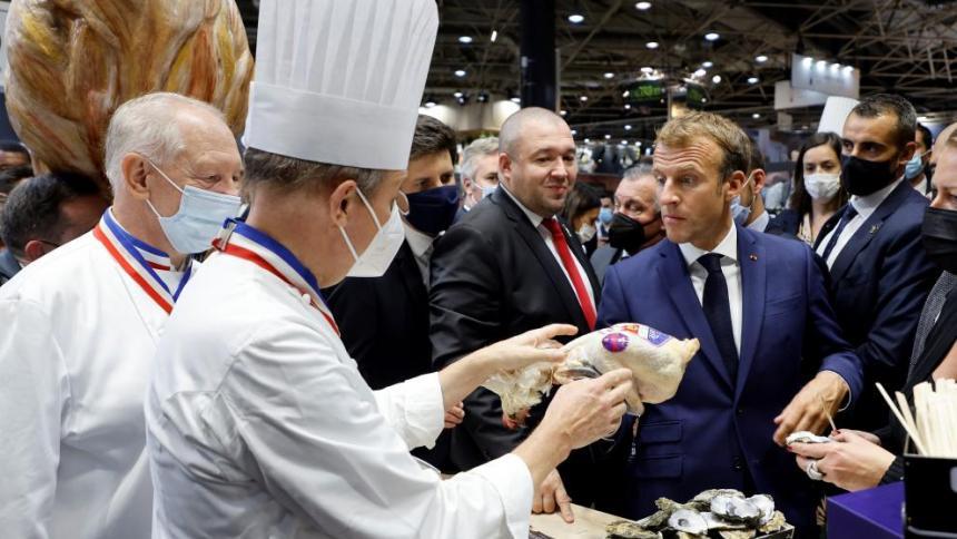 Lanzan un huevo a Emmanuel Macron en pleno evento en Francia