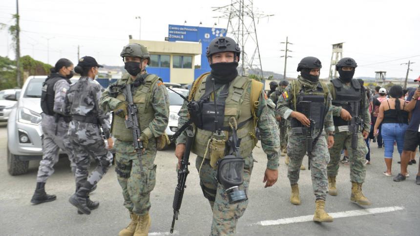 Crisis en cárcel de Ecuador: reos disparan contra policías y militares