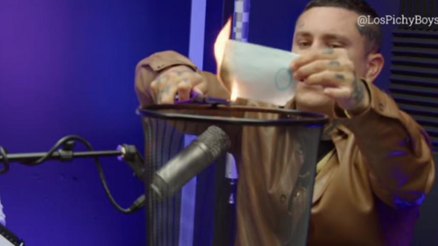 Osmani García quema su pasaporte cubano en una entrevista