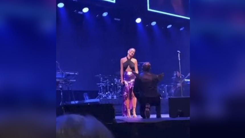 Mike Bahía le pidió matrimonio a Greeicy Rendón en pleno concierto