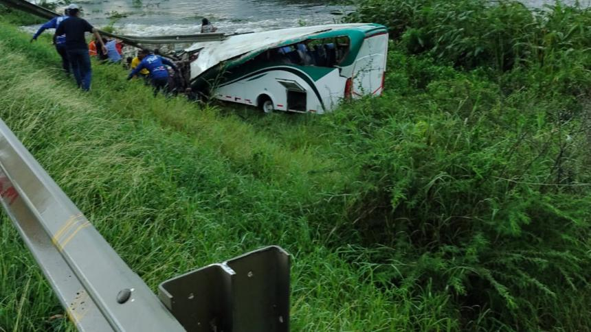 Drama en puente de Gambote: bus cayó al vacío en el norte de Bolívar