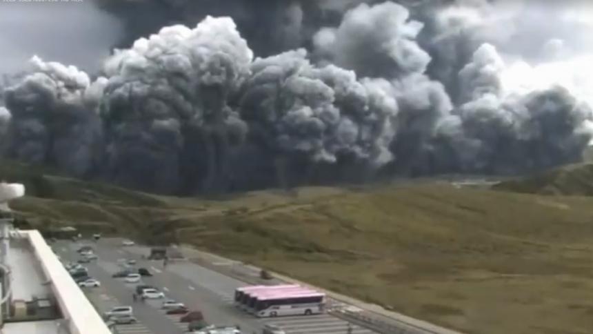 Japón mantiene la alerta alrededor del volcán Aso tras su erupción