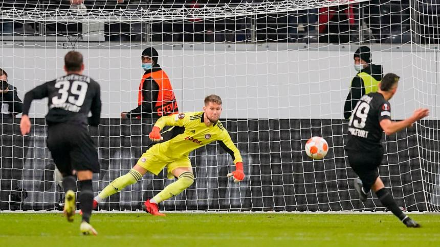 Santos Borré se estrena como goleador en la Liga de Europa