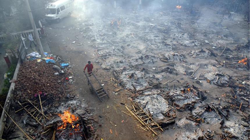 Crematorios en las calles, la imagen más dura de la pandemia en la India