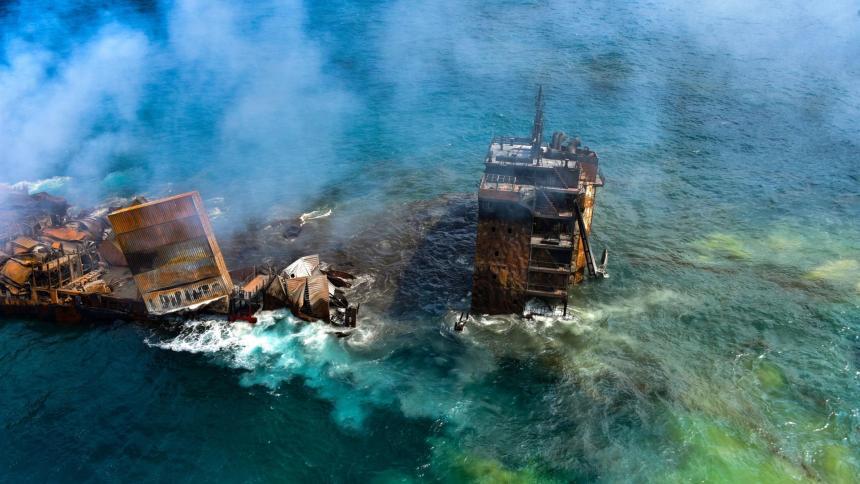 Explosión de un buque portacontenedores en el Océano Índico