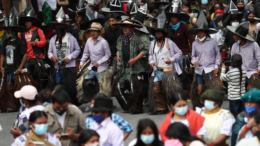 Indígenas ecuatorianos desafían a la pandemia y zapatean por la Pachamama