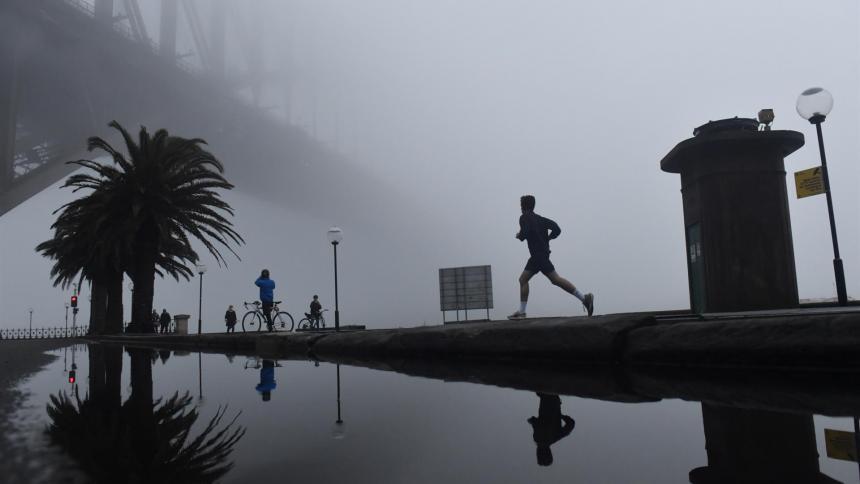 Espesa capa de niebla cubre la ciudad australiana de Sídney