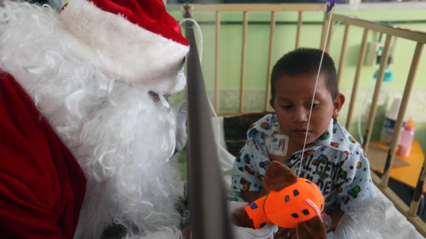 Papá Noel dejó su trineo y se subió en helicóptero para visitar a niños enfermos