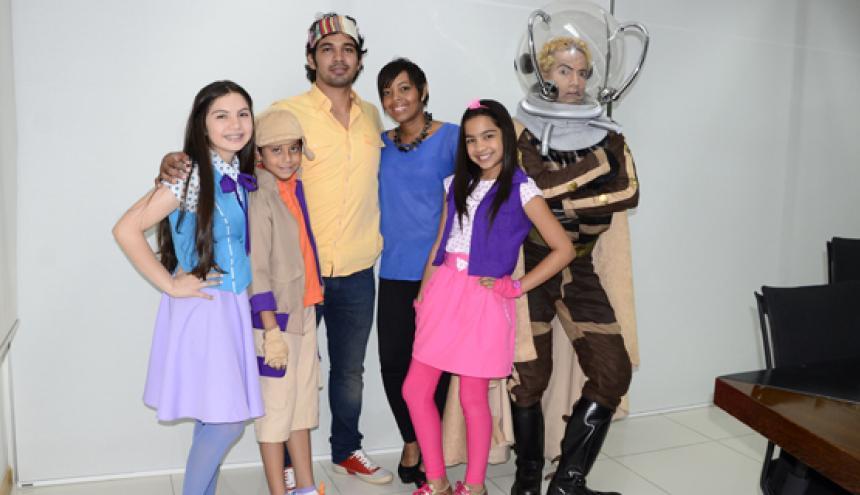 Los actores de 'El bus amarillo', Camila Acevedo, Mario Muñoz, Salomé Camargo y Fernando Cárdenas, junto al director Javier Saltarín y la productora Ania Carrillo.