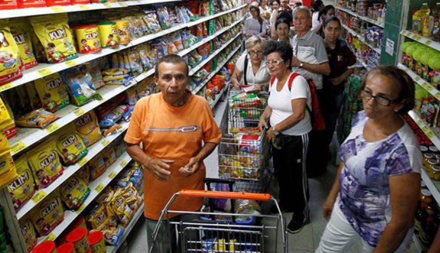 Venezolanos realizan algunas compras en un supermercado de Cúcuta.